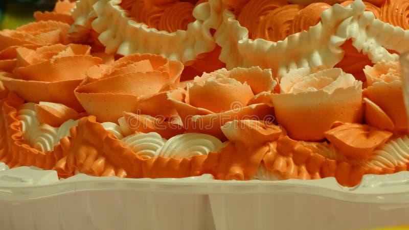 Crème sur le gâteau d'anniversaire images libres de droits