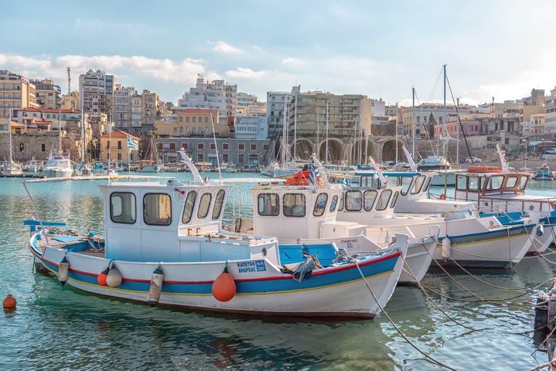 Cr?te, Gr?ce - f?vrier, 11, 2019 : Bateaux et yachts dans le port sur le fond de la ville de H?raklion La Gr?ce images stock