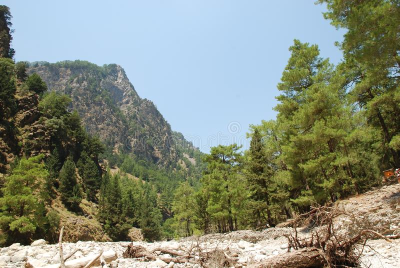 Crète, Samaria Gorge, vue très belle des montagnes et les petits arbres, les pierres, le sable et le soleil chaud photographie stock