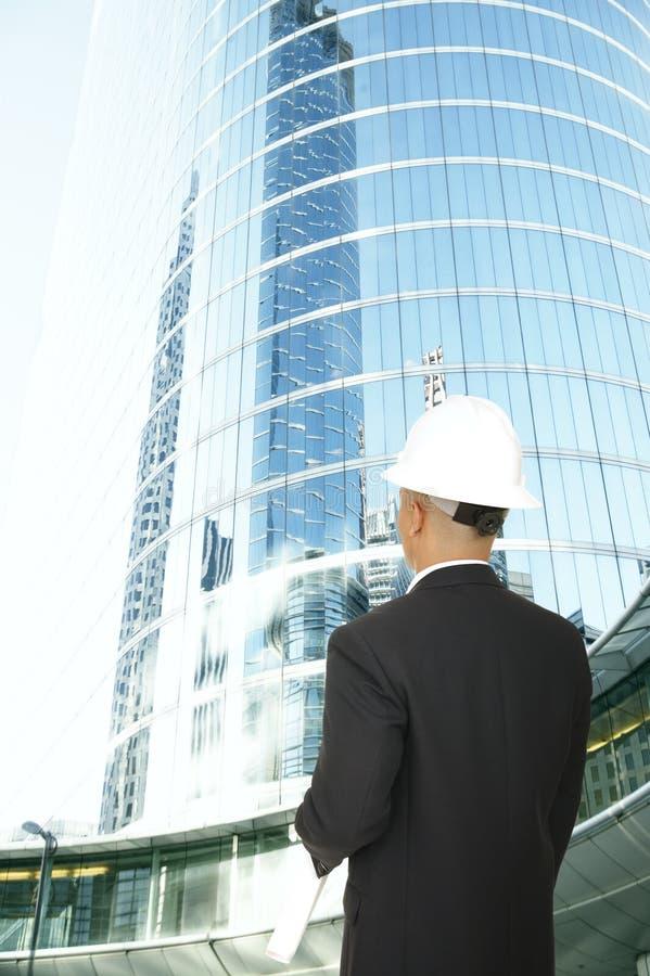 Créateur regardant la construction moderne photo stock