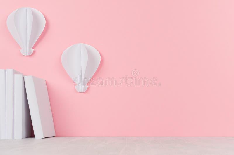 Créatif de nouveau au fond d'école - livres blancs et origami chaud de ballons à air sur le contexte rose mou photos stock