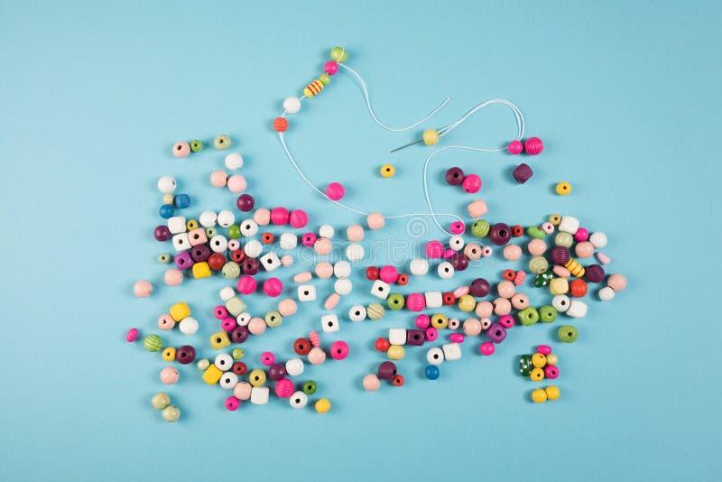 Création d'un neclace de perle photos libres de droits
