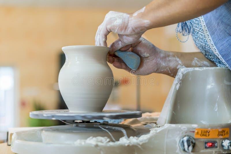 Création d'un pot ou d'un vase du plan rapproché blanc d'argile Cruche principale Mains d'homme faisant le macro de cruche d'argi image libre de droits