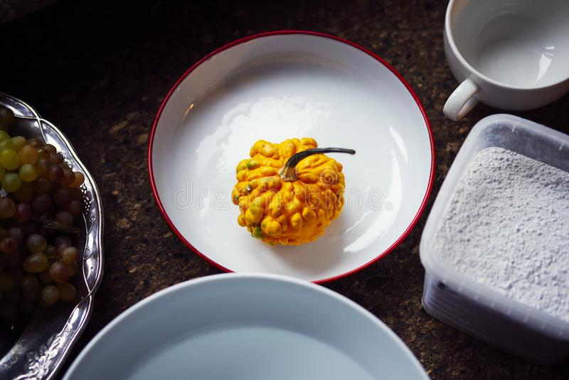 Création d'une empreinte en gypse, créativité d'art appliqué, légumes saisonniers et fruits, style de Provencal photo stock