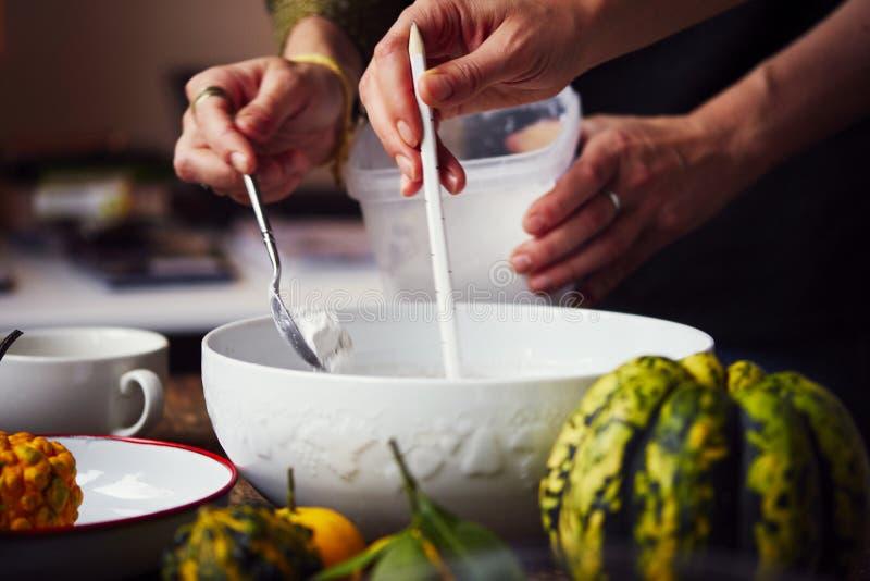 Création d'une empreinte en gypse, créativité d'art appliqué, légumes saisonniers et fruits, style de Provencal photographie stock