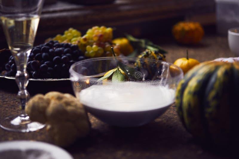 Création d'une empreinte en gypse, créativité d'art appliqué, légumes saisonniers et fruits, style de Provencal image stock