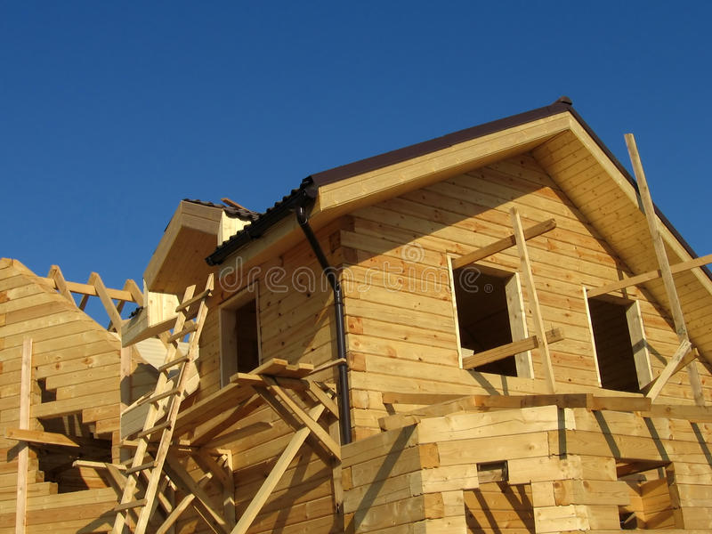 Création d'une maison en bois images libres de droits
