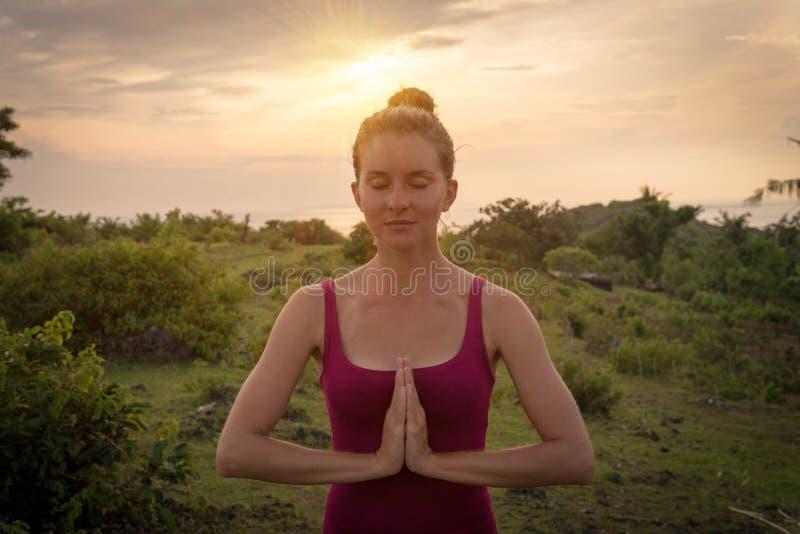 Création de Namaste Femme remontant ses paumes sur son secteur de coffre images stock