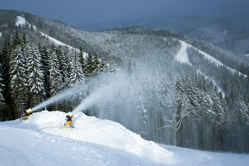 Création de neige sur un flanc de coteau image libre de droits