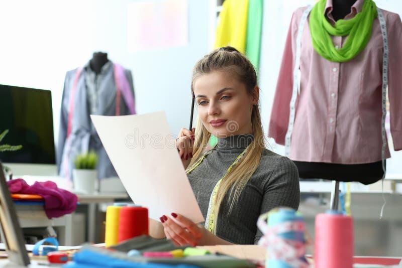 Création du concept de couture à la mode de processus d'habillement photographie stock