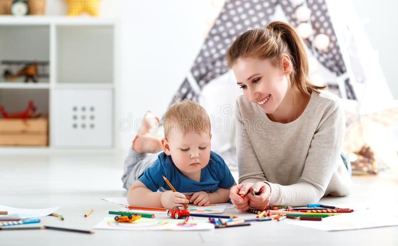 Créativité d'enfants fils de mère et de bébé réunissant photographie stock