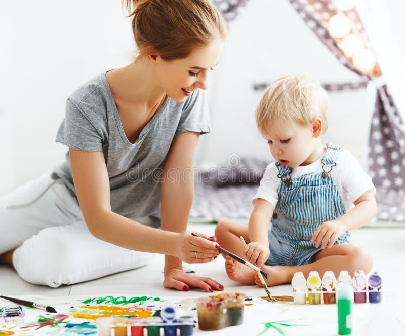 Créativité d'enfants fils de mère et de bébé réunissant images libres de droits