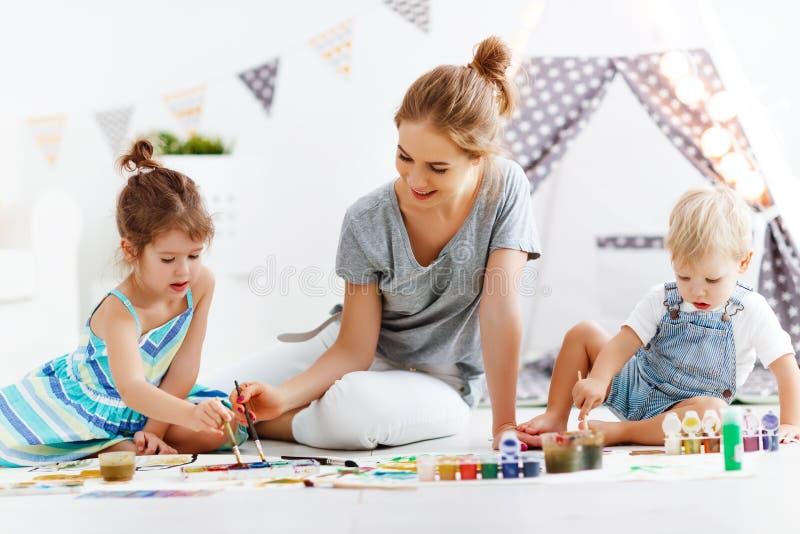 Créativité du ` s d'enfants peintures de mère et d'aspiration d'enfants dans le jeu photo stock