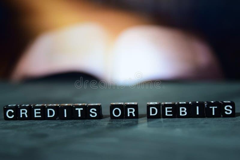 Crédits ou débits sur les blocs en bois Concept d'affaires et de finances photos libres de droits