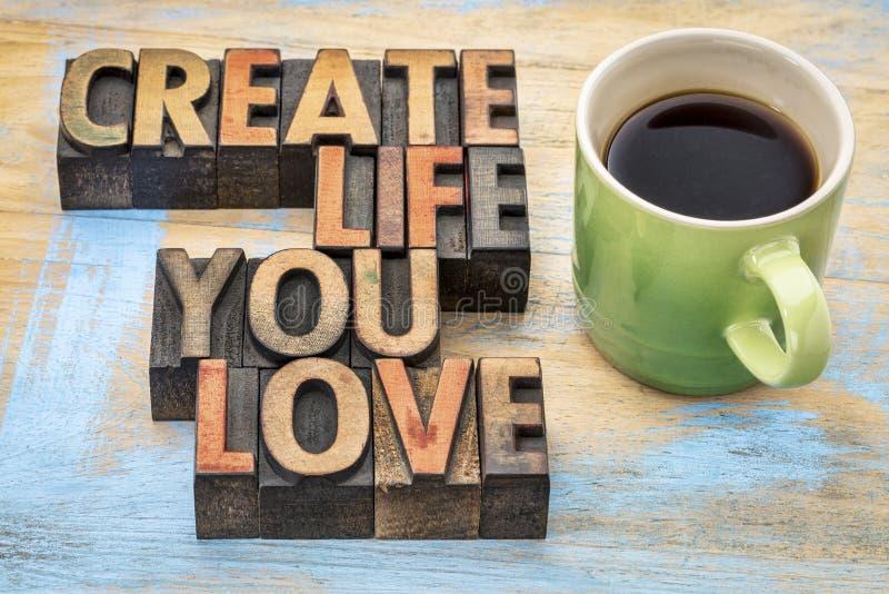 Créez la vie où vous aimez dans le type en bois photographie stock