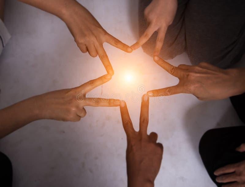 Créez le doigt est forme d'étoile de travail d'équipe Équipe unie de mains photographie stock