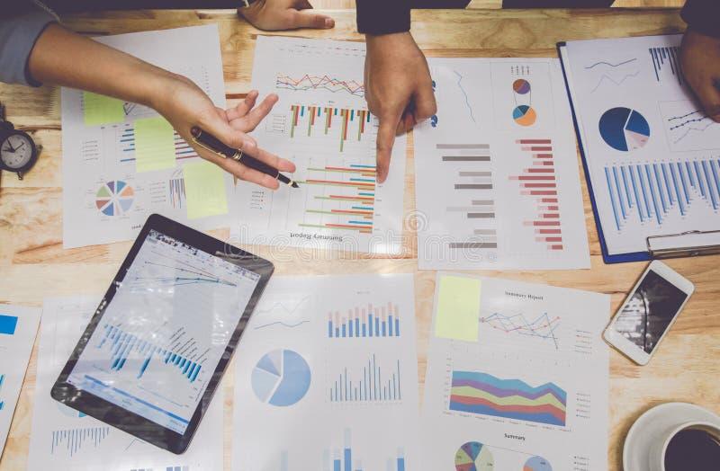 Créez les affaires point de rencontre de personnes pour discuter le graphique en haut et en bas de l'économie et du travail sur l photo libre de droits
