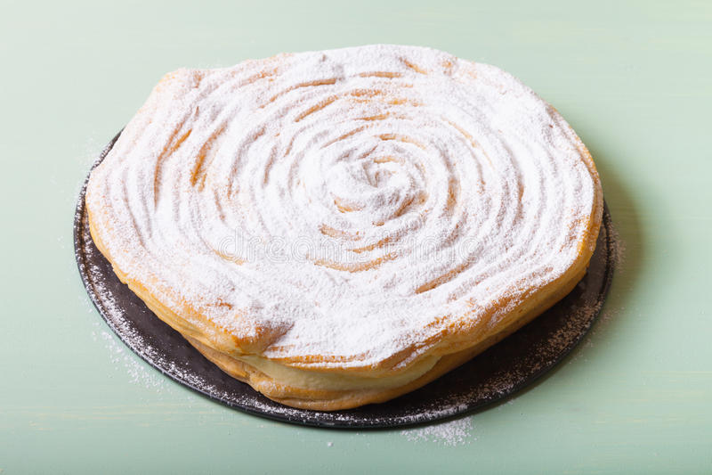 ` Crémeux brassé fait maison de Karpatka de ` de gâteau sur un fond clair photos libres de droits