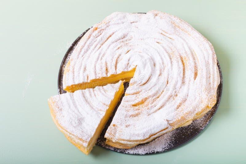 ` Crémeux brassé fait maison de Karpatka de ` de gâteau sur un fond clair images stock