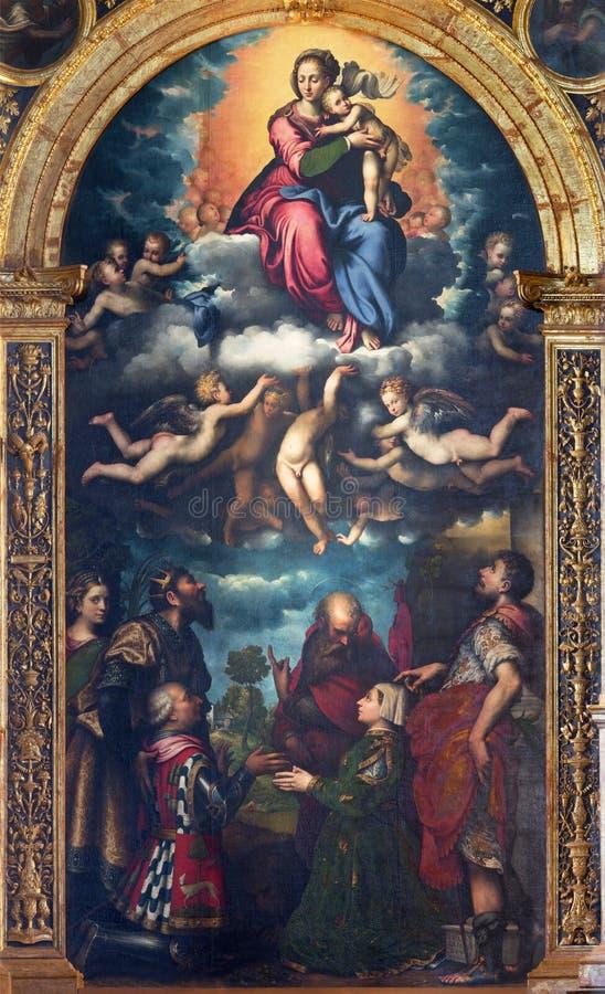 CRÉMONE, ITALIE, 2016 : La peinture de Madonna dans le ciel et des saints sur l'autel principal en Chiesa di San Sigismondo image libre de droits