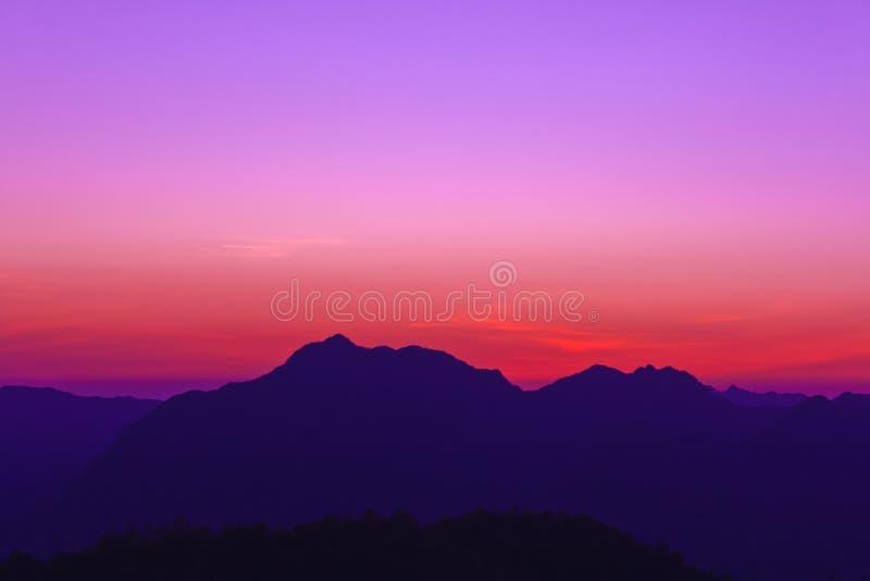 Crépuscule à la montagne image stock