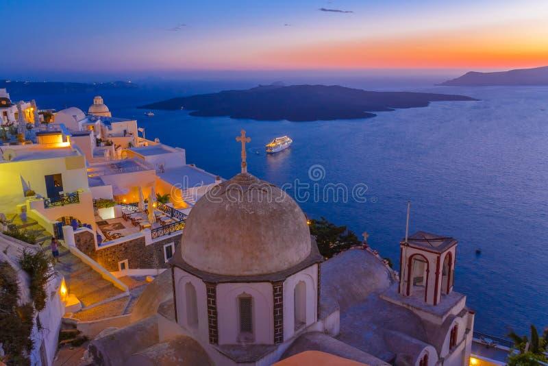 Crépuscule à la ville de Fira, Santorini, Grèce images libres de droits