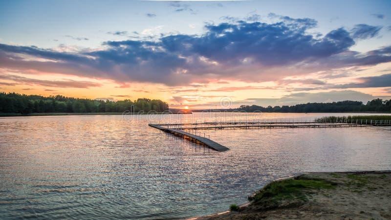 Crépuscule étonnant au lac avec le ciel dynamique en été photo stock