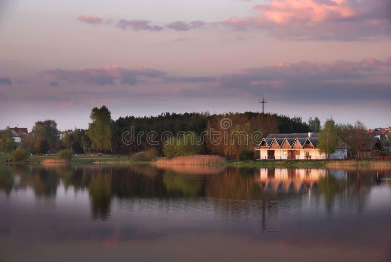 Crépuscule au-dessus d'un lac photo libre de droits