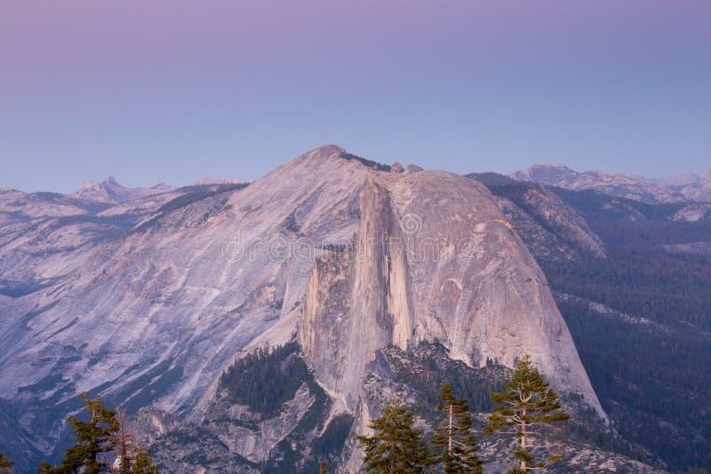 Crépuscule au-dessus de demi dôme, parc national de Yosemite photographie stock libre de droits