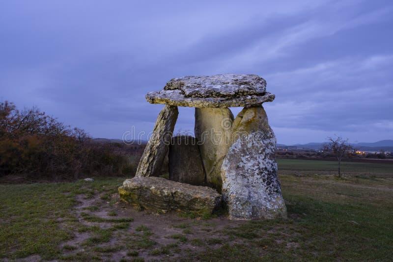 Crépuscule au-dessus de dolmen de Sorginetxe, dans Alava images stock