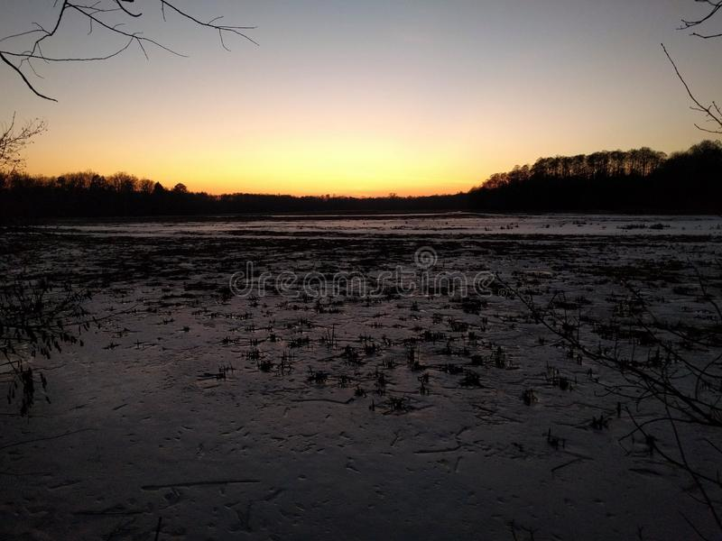 Crépuscule au-dessus de lac d'hiver photos libres de droits