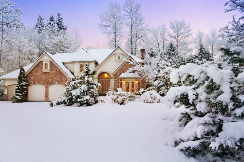 Crépuscule au-dessus de maison neigeuse image libre de droits