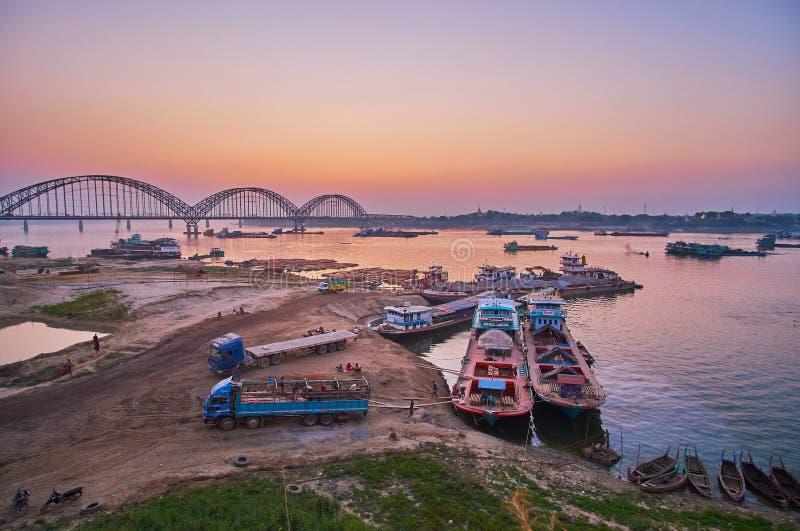 Crépuscule au-dessus de rivière d'Irrawaddy, Mandalay, Myanmar photos stock