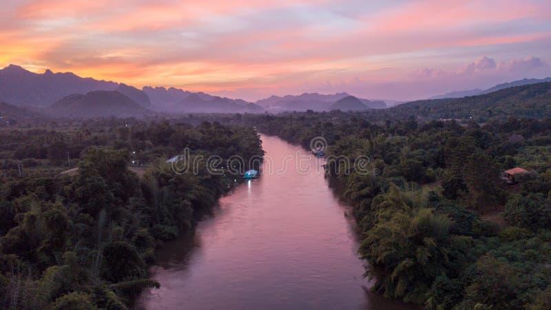 Crépuscule au-dessus du Kwai Noi River image stock