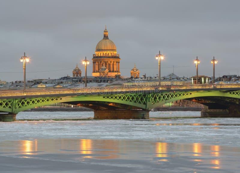 Crépuscule d'hiver dans le St Petersbourg images libres de droits