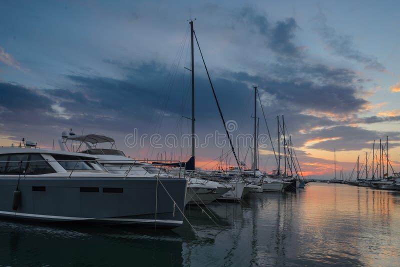 Crépuscule dans la soirée d'été dans le port de loisirs de roses image stock