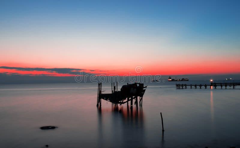 Crépuscule dans le petit port photographie stock libre de droits