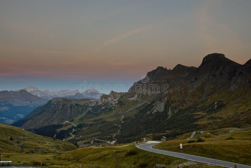 Crépuscule dans les dolomites, Italie photo libre de droits