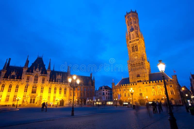 Crépuscule de Bruges de beffroi de tribunal de Grote Markt photographie stock libre de droits