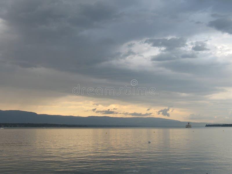 Crépuscule de lac geneva images libres de droits