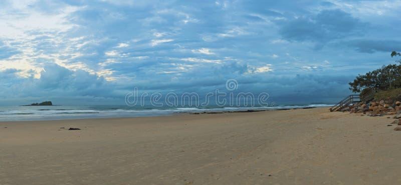 Crépuscule de plage de Mudjumba images libres de droits