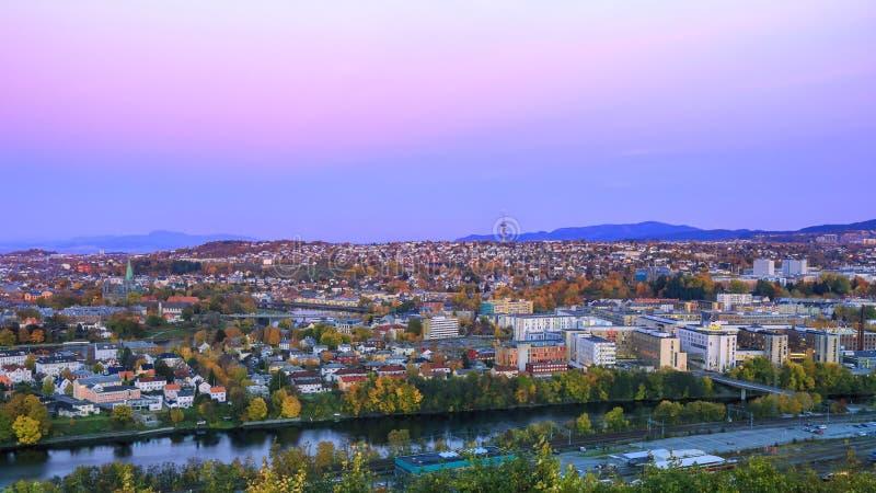 Crépuscule pendant l'automne Trondheim, Norvège photos libres de droits