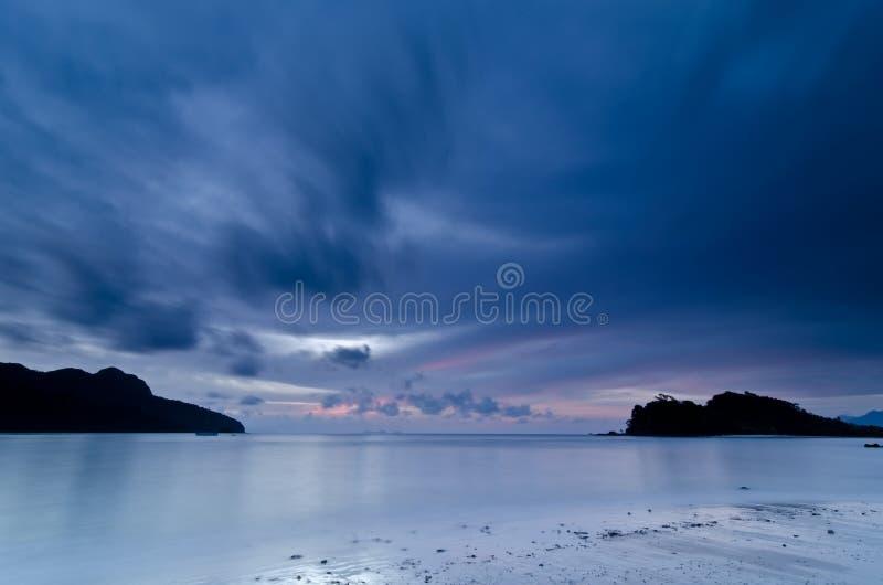 Crépuscule, plage de Datai, Langkawi, Malaisie image stock