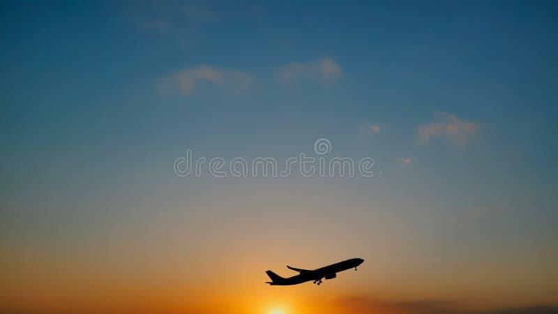 Crépuscule plat du soleil de coucher du soleil de ciel de décollage dans l'aéroport images stock