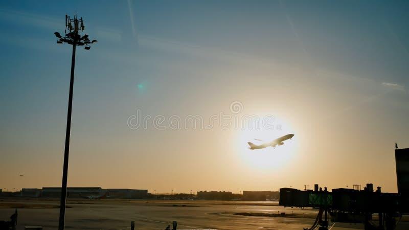 Crépuscule plat du soleil de coucher du soleil de ciel de décollage dans l'aéroport Chine Pékin images stock