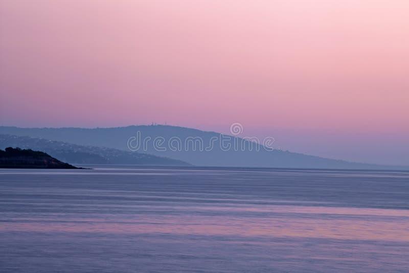 Crépuscule pourpre à la péninsule de Mornington, Australie photographie stock libre de droits