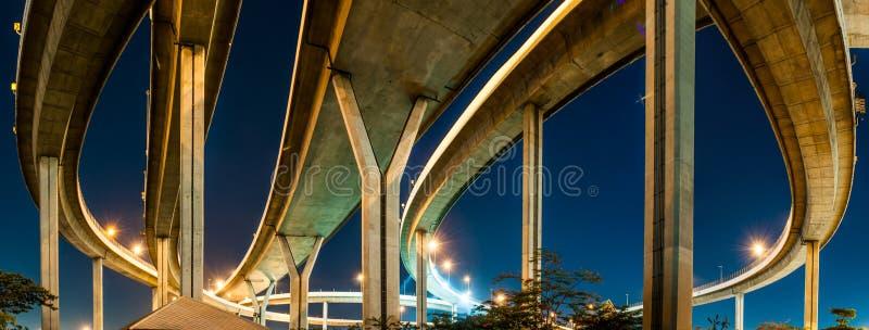Crépuscule sous le pont de Bhumibol de panorama de vue photo stock