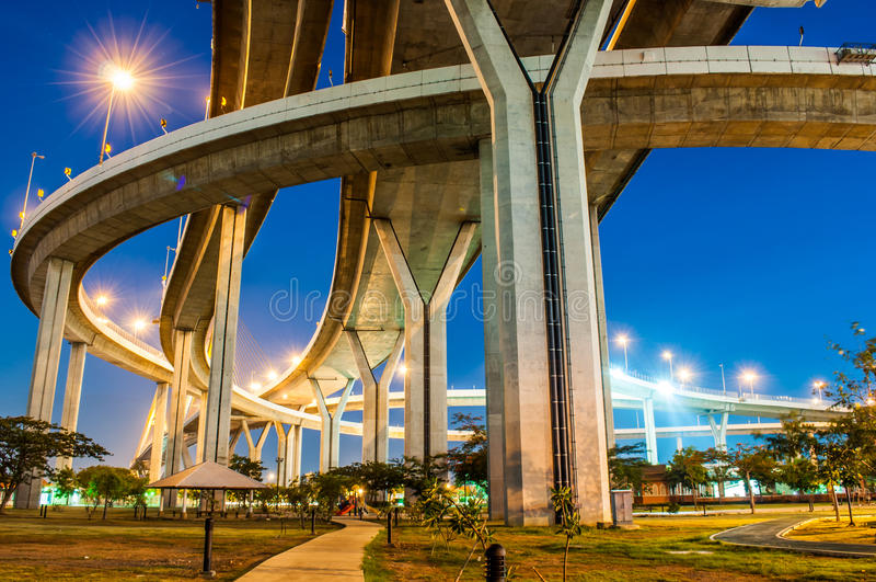 Crépuscule sous le pont de Bhumibol de vue photo libre de droits
