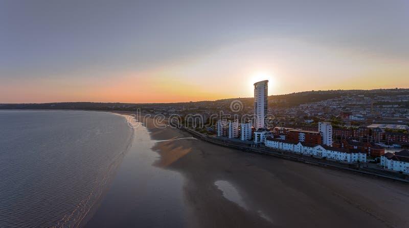 Crépuscule sur la baie de Swansea photos libres de droits