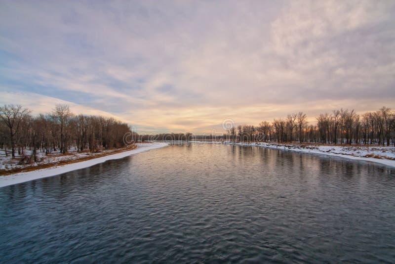 Crépuscule sur la rivière d'arc images stock